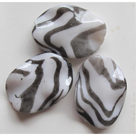 AP1003 - Zebra print/animal print bead. Pack of 8f